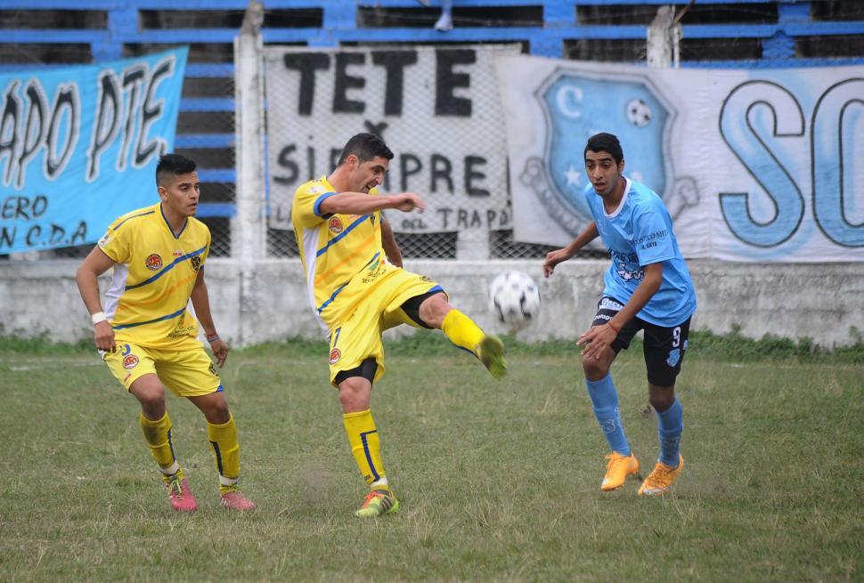 AFUERA. Salcedo, de Policial, remata la pelota ante la presencia de Palacios. la gaceta / foto de osvaldo ripoll