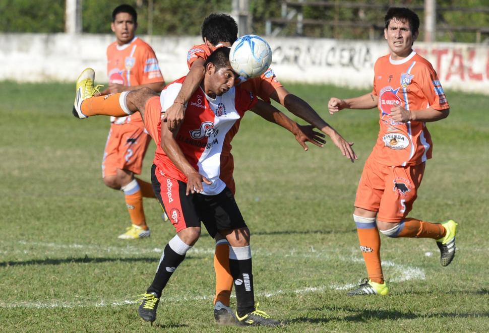 """MOSTRÓ UN BUEN NIVEL. El volante Ismael Luján (de frente) marcó un gol y fue gravitante en el juego de los """"julianos"""". foto de diario """"el tribuno"""" de jujuy"""