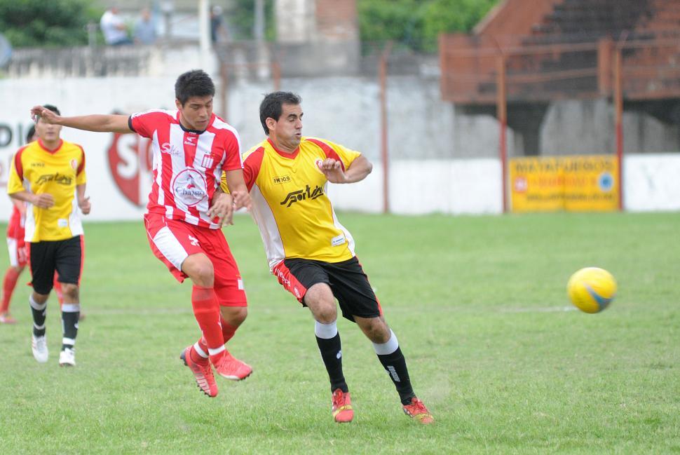 PALO A PALO. Nicolás Riveros, de Tabacal, lucha por la pelota con Pablo Leguizamón, de Sportivo Guzmán. la gaceta / foto de héctor peralta