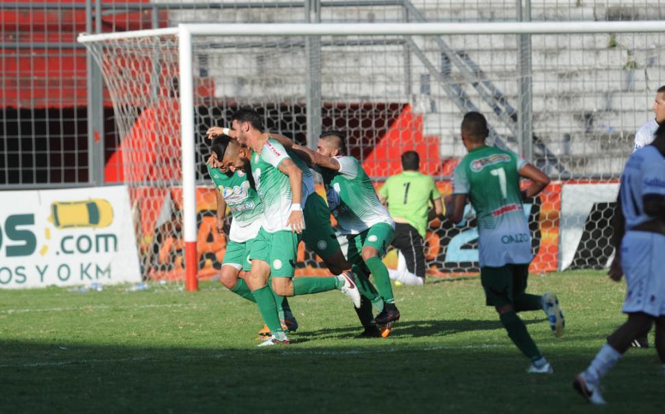 ALEGRÍA. Bollea festeja su gol y sus compañeros de San Jorge lo felicitan. la gaceta / foto de franco vera